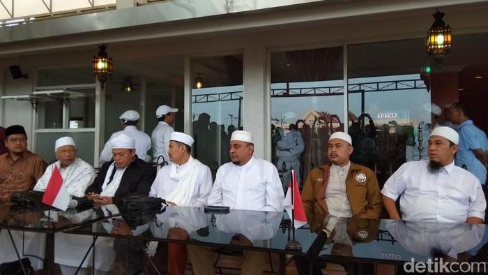 PA 212 menjelaskan isi pertemuan dengan Presiden Jokowi. (Yulida Medistiara/detikcom)