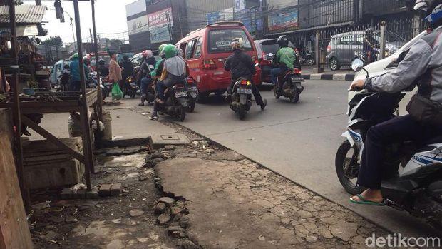 Tak ada trotoar yang mulus di Jl Raya Bogor, Kramat Jati