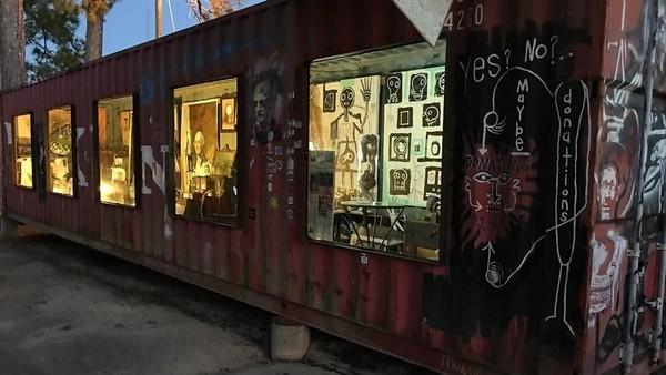 Gerbang masuk galeri bukanlah bangunan tapi dari kontainer bekas yang disusun menyerupai pintu masuk. Sehingga pengunjung yang datang ke sini memang tak perlu repot untuk keluar dari kendaraan. (museumofwonder/instagram)