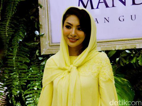 Faye Malisorn di fashion show Ivan Gunawan.