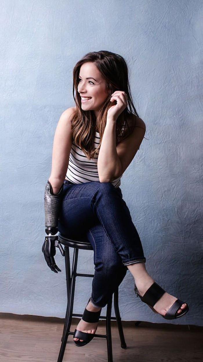 Rebekah Marine jadi model dengan tangan bionik. Foto: Chris Loupos via Womens Health