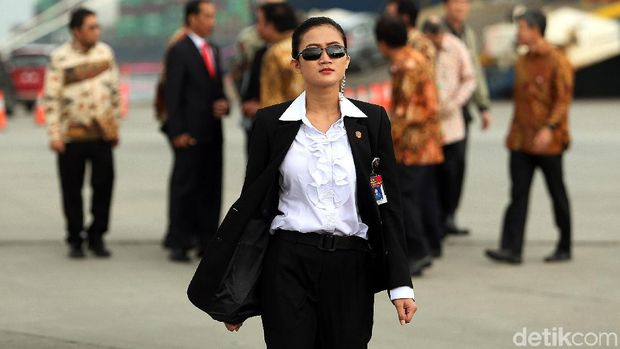 Paspampres perempuan saat kawal Jokowi /