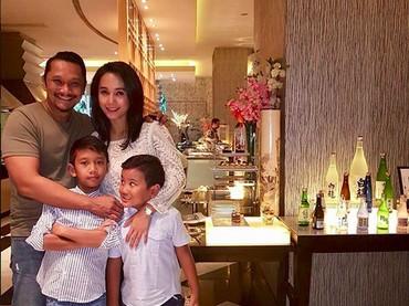 Ini Mira Asmara, bintang Jin dan Jun bersama suami dan anak kedua serta anak ketiganya, Dante dan Dimitri. (Foto: Instagram/ @mira_asmara)