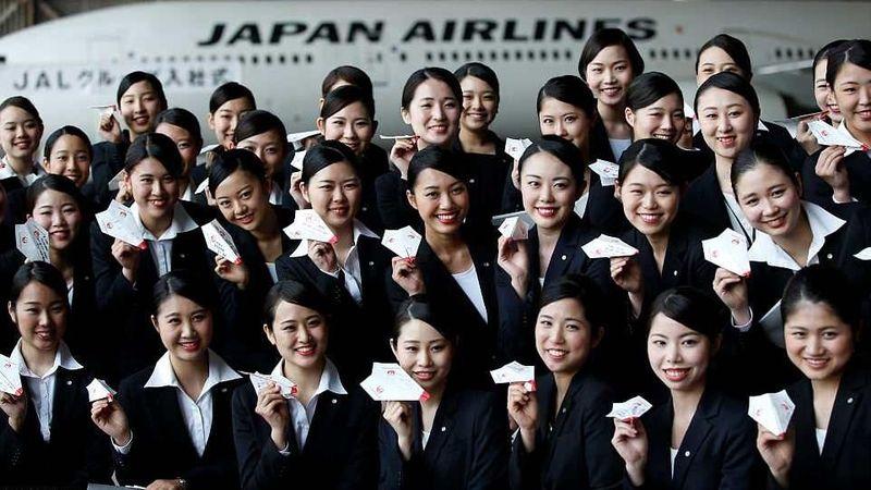 Ada tradisi unik yang dilakukan maskapai Japan Airlines dalam menyambut karyawan baru. Yaitu menerbangkan pesawat kertas (Issei Kato/Reuters)