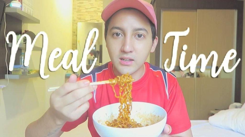 Gantengnya Youtuber Aron Ashab Saat Makan Pizza dan Masak di Dapur