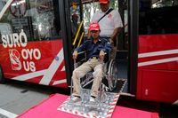 Risma Perkenalkan Bus Suroboyo yang Bisa Bayar Pakai Sampah