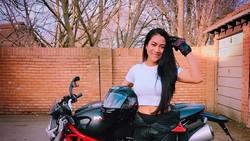 Meaw Davis adalah seorang wanita yang punya hobi mengendarai motor gede. Ia menjaga agar otot-ototnya bisa tetap prima saat berkendara dengan olahraga.