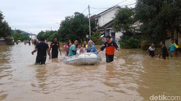 Banjir Landa Cilegon, Warga Terjebak di Rumah