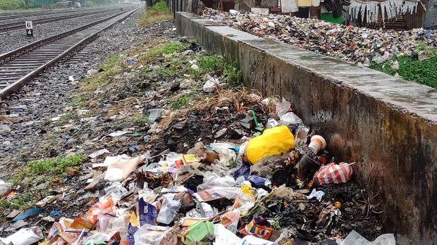 Sampah di pinggir kali sentiong yang meluber hingga ke pinggir rel
