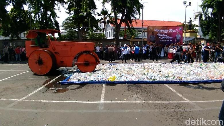 Polisi Musnahkan Miras, Botolnya Dilindas Alat Berat