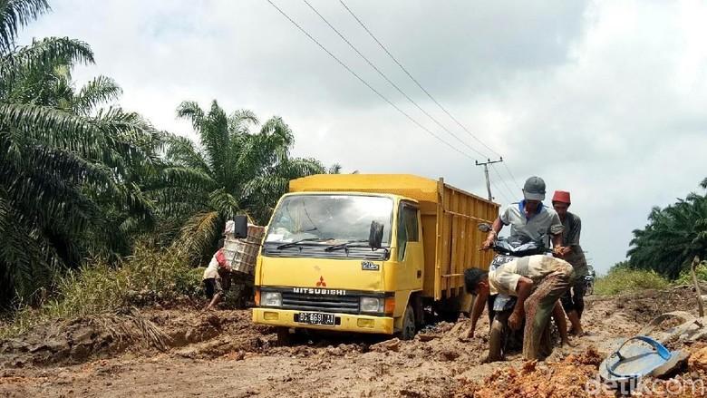 Jalan di Banyuasin Jadi Bubur, Tak Ada Rute Alternatif Lain