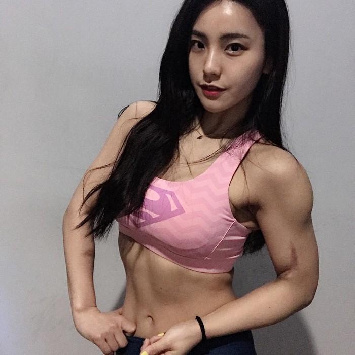 Perkenalkan, pelatih kebugaran dari Korea Selatan yang berwajah imut, Kim Aoyoung. Foto: Instagram/with_jakey