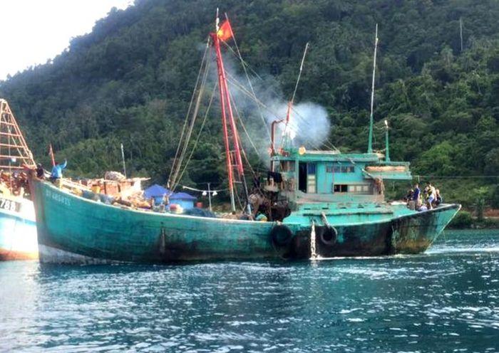 Kementerian Kelautan dan Perikanan (KKP) melalui Kapal Pengawas Perikanan kembali menangkap tiga kapal perikanan asing berbendera Vietnam karena penangkapan ikan secara ilegal (illegal fishing) di perairan Natuna. Dok. Kementerian Kelautan dan Perikanan.