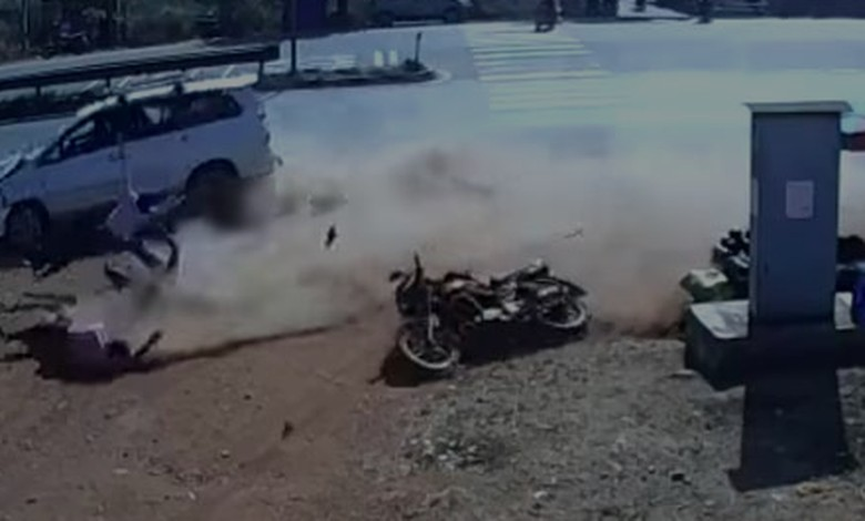 Kurang hati-hati, Innova dan sebuah motor tabrakan di perempatan jalan. Foto: Pool (Youtube)