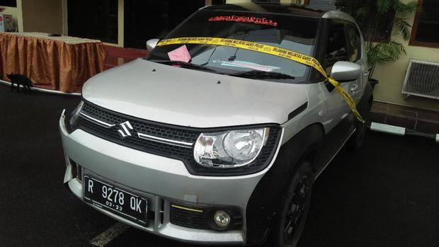 Mobil yang digunakan tersangka untuk menabrak korban