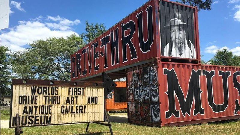 Kota kecil Seale di Alabama, Amerika Serikat punya galeri seni yang menarik wisatawan. Namanya Museum of Wonder, galeri seni ini punya konsep drive thru. (bensollee/Instagram)