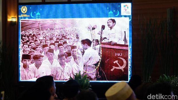 Gambar hoax yang beredar foto mirip Jokowi yang disandingkan dengan DN Aidit