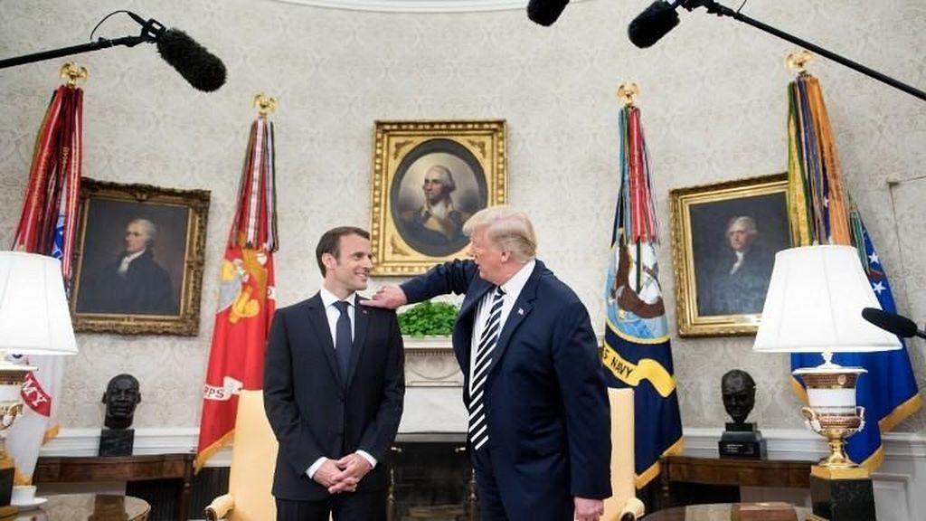 Bikin Ketawa! Trump Bersihkan Ketombe di Jas Macron