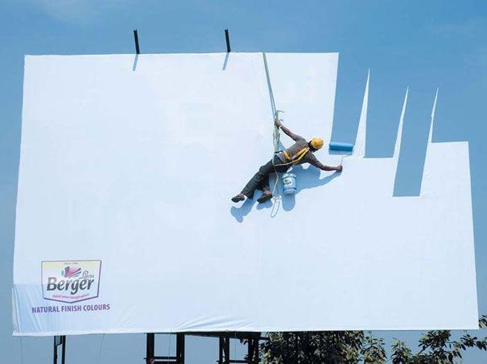 Iklan Cat Ini menunjukkan betapa kuatnya warna cat itu sampai bisa menyerupai warna asli langit. (Dok. Advertising Agency: JWT Mumbai, India)
