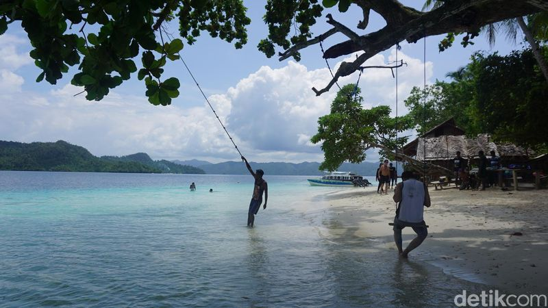Warga Raja Ampat tinggal di berbagai pulau. Paling banyak ada di Waisai, Ibu Kota Raja Ampat di Pulau Waigeo (Shinta/detikTravel)