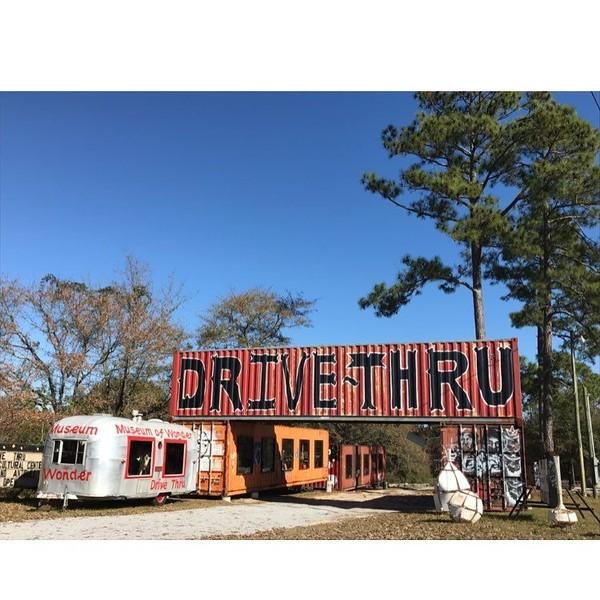 Museum ini dibuat oleh seniman dan kolektor, Butch Anthony pada tahun 2004. Konsep drive thru ini sengaja dibuat karena Kota Seale yang kecil. Untuk mengatasi kerumunan, akhirnya museum ini menggunakan konsep drive thru. (prettygirlsmakewaves/Instagram)