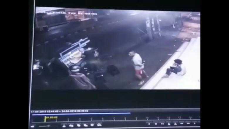 Detik-detik Ngerinya Aksi Bandit Bercelurit di Depok Terekam CCTV