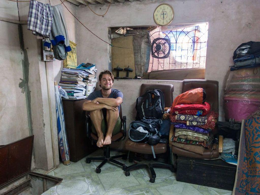 Jadi dia kembali lagi dan benar-benar hidup di sana, di pemukiman kumuh bernama Dharavi. Foto: YouTube/Jacob Laukaitis
