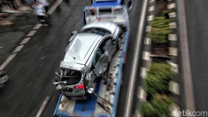 Mobil Honda HRV yang ditabrak Kopaja di Jalan Rasuna Said, Jakarta, dievakuasi. Lalu lintas pun kembali lancar, Kamis (26/4).