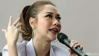 Bunga Citra Lestari juga mengatakan dirinya sudah memakai lipstik sejak TK. Pool/Ismail/detikFoto.