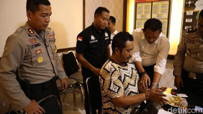 Rendra Hadi Kurniawan ditahan di Mapolda Jatim. (Foto: Hilda Meilisa Rinanda/detikcom)