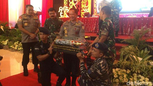 Panglima TNI dan Kapolri mendapat cendera mata