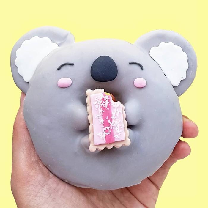 Meskipun lulus dalam bidang arsitektur, sejak SMA ia tertarik untuk membuat sajian dessert unik. Kali ini donat dengan bentuk koala yang lucu dan menggemaskan. .Foto: Instagram @vickiee_yo