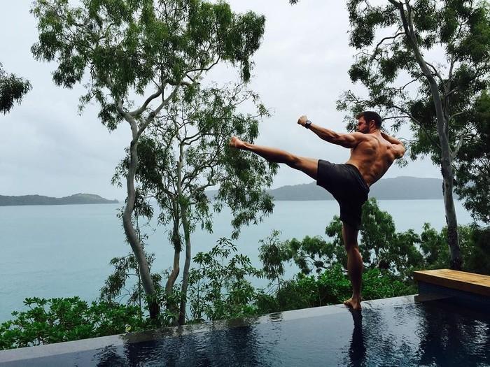 Salah satu pemain Avengers: Infinity War yang paling banyak menunjukan transformasi bugar adalah Chris Hemsworth alias Thor. Luke Zocchi pernah mengungkapkan bahwa aktor asal Australia itu tak pernah menghabiskan waktu lebih dari satu jam di gym. Chris juga melakukan beragam jenis olahraga, mulai dari berenang, ice skating, berseluncur, hingga golf. (Instagram/chrishemsworth)
