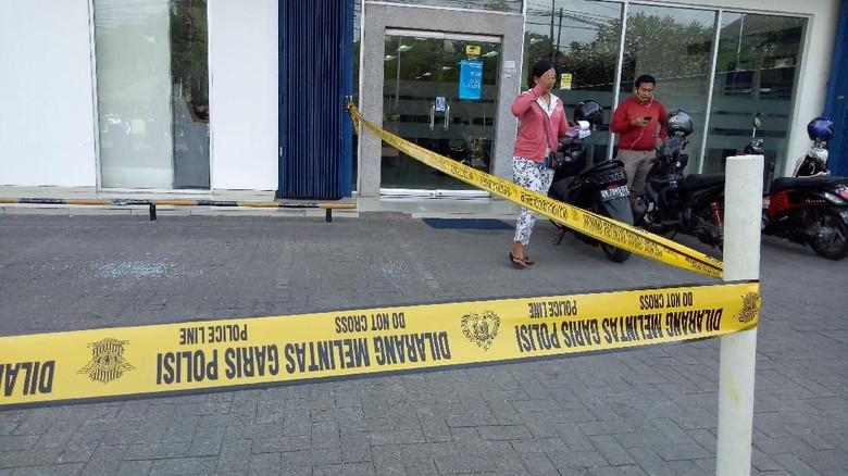 Foto: TKP Perampokan Mobil Pembawa Uang di Halaman BCA