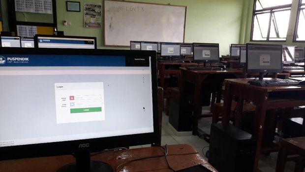 Komputer di ruang ujian SMK Binakarya Mandiri