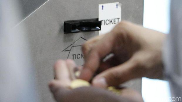 Bayar tiket parkir di mesin