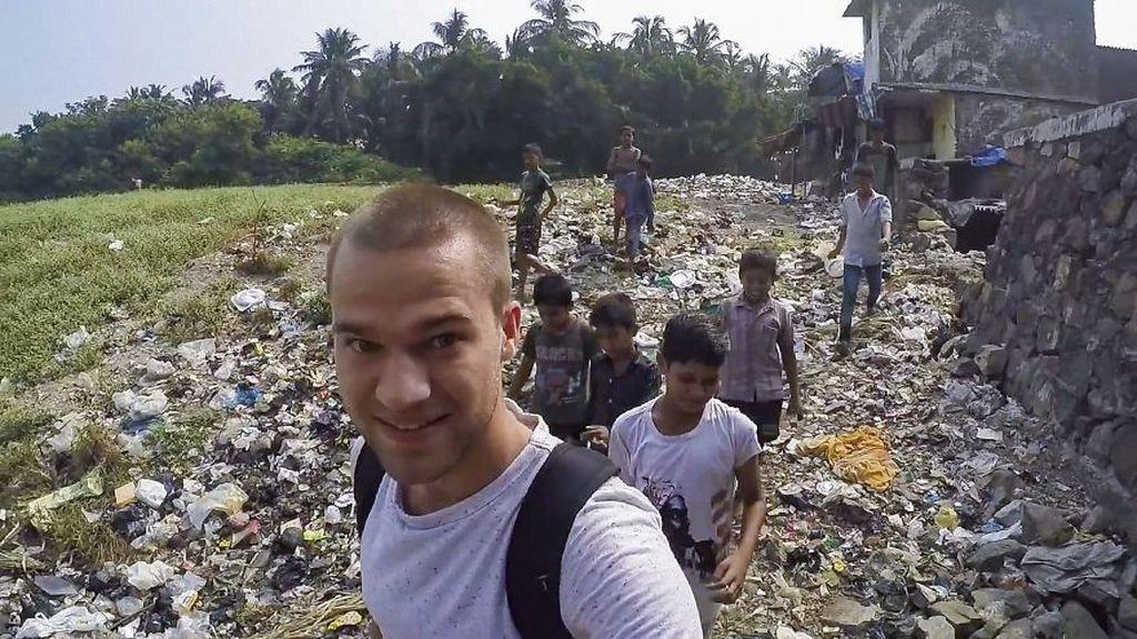 Jacob Laukitis adalah seorang traveler yang cukup tenar di YouTube ataupun Instagram. Sekitar 2 tahun lampau, dia mengunjungi pemukiman kumuh di Mumbai, India ini tapi tidak sempat lama di sana, padahal dia ingin tahu lebih soal daerah ini dan kehidupannya. Foto: YouTube/Jacob Laukaitis