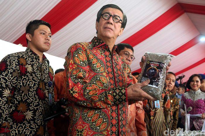 Yasonna berkeliling ke beberapa stand yang dipamerkan. Salah satunya stand kopi nusantara yang memamerkan berbagai jenis kopi khas Indonesia.