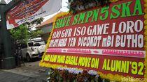 SMPN 5 Surakarta akan Dipindah, Alumni Pasang Karangan Bunga Lucu