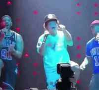 Sibuk Selfie Saat Konser, Model Jepang Dilempar Handuk Oleh Bruno Mars