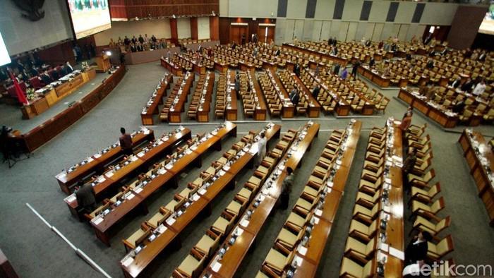 DPR menggelar rapat paripurna penutupan masa persidangan IV DPR tahun sidang 2017-2018. Sebanyak 283 anggota tak hadir.