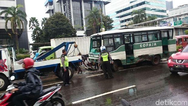 Kopaja seruduk mobil di Jalan HR Rasuna Said