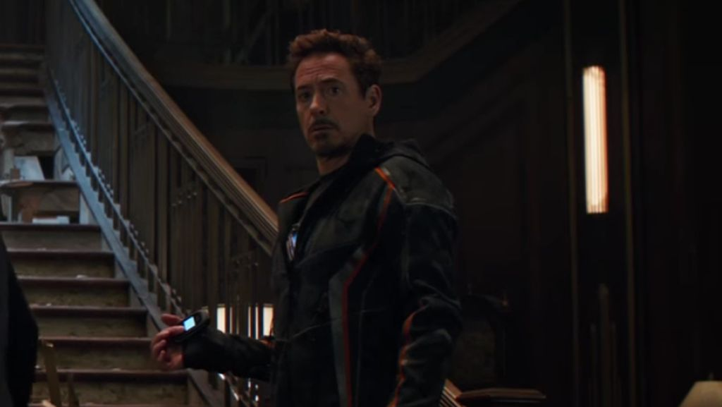 Alasan Iron Man Pakai Ponsel Lipat Jadul di Avengers: Infinity War