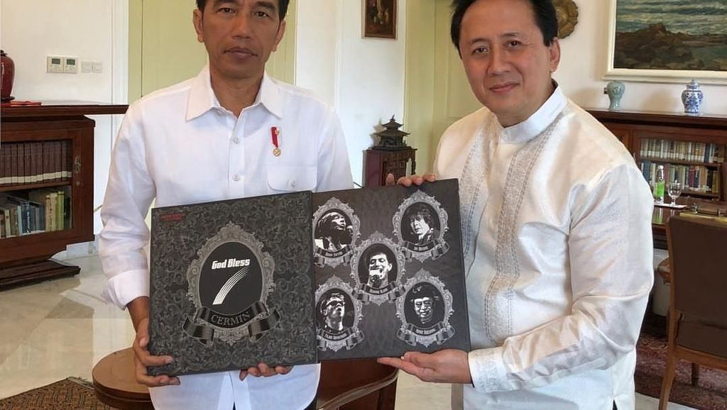 Triawan Munaf Serahkan Vinyl God Bless ke Jokowi