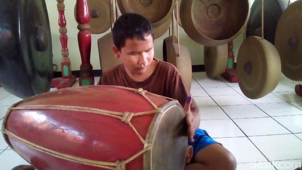 Anak ddik Imron berlatih kendang