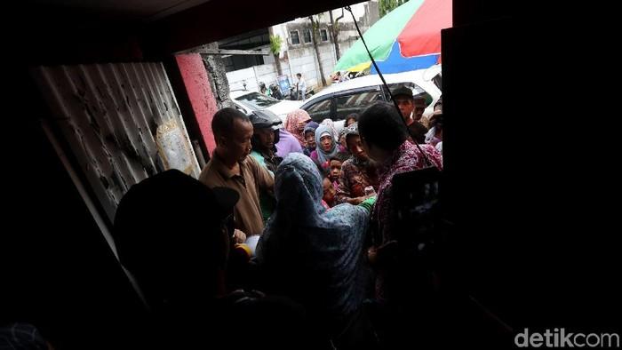 Komunitas Giat Sedekah Nasi Bungkus memberikan makanan gratis kepada kaum dhuafa di kawasan Mampang Prapatan, Jakarta.