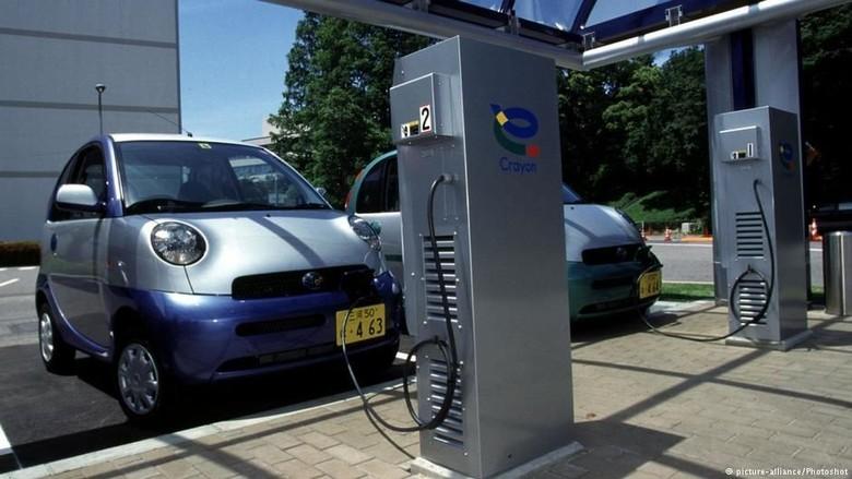 Ilustrasi pengisian baterai mobil listrik Foto: DW (Soft News)