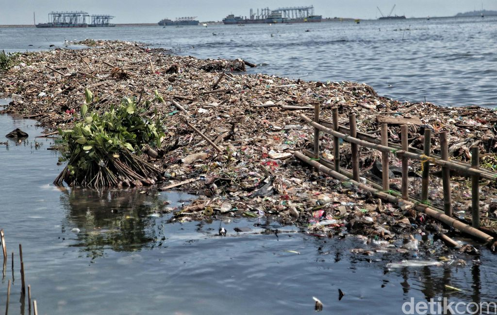 Tumpukan sampah berada di pesisir laut Muara Angke, Jakarta Utara, Jumat (27/4). Banyaknya sampah plastik ini merusak ekosistem laut dan pesisir.