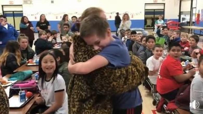 Suasana Haru Saat Seorang Anak Lepaskan Rindu pada Ibunya (Foto: Facebook/ McKinley Elementary School)