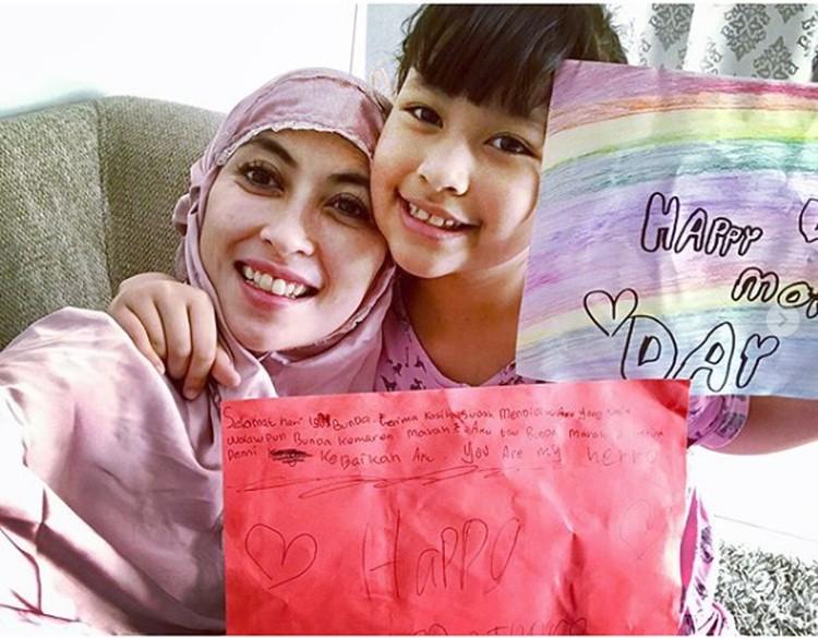 So sweet, si bungsu Aquene Aziz Djorghi beri ucapan Hari Ibu ke bundanya. (Foto: Instagram @hapsarianissa29)
